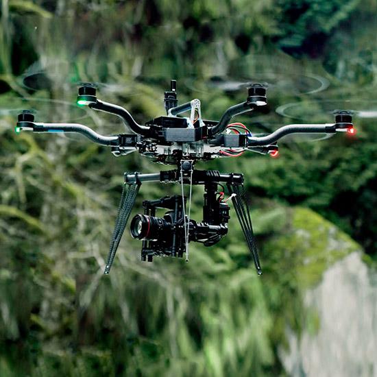 Droni professionali in sicurezza secondo la normativa fino a 200 metri di altezza.